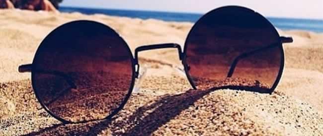 óculos-de-sol-na-areia